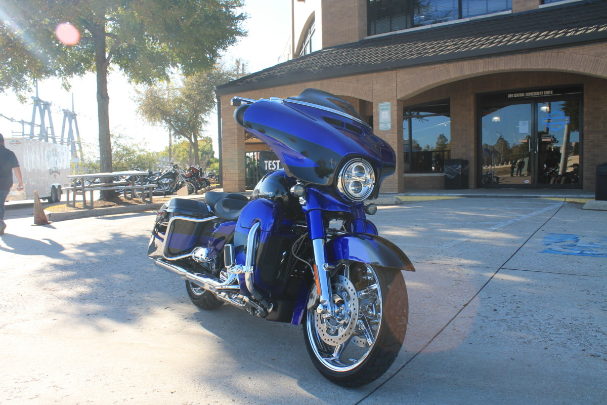 2017 HARLEY-DAVIDSON® CVO™ Street Glide<sup>®</sup> FLHXSE