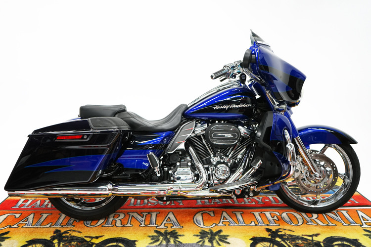 FLHXSE 2017 CVO™ Street Glide<sup>®</sup>