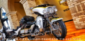 2012 Harley-Davidson® CVO™ Ultra Classic® Electra Glide® : FLHTCUSE7 thumb 2