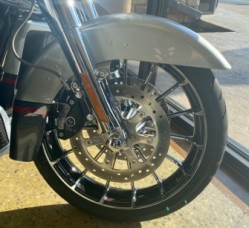Charred Steel/Lighting Silver 2019 Harley-Davidson® CVO™ Street Glide® thumb 3