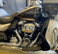 Silver Fortune/Sumatra Brown 2018 Harley-Davidson® Road Glide® Ultra FLTRU thumb 1