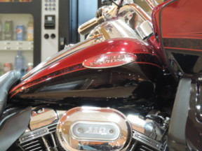 2011 Harley-Davidson® HD CVO™ FLTRUSE Road Glide® Ultra thumb 3