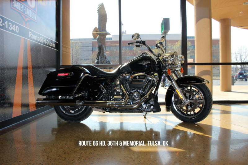 2017 Road King FLHR Black w/pinstripe